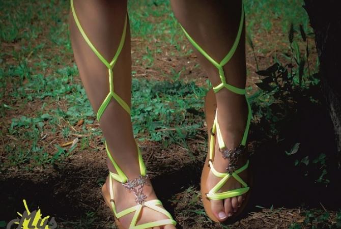 Снимка на момичета със сандали