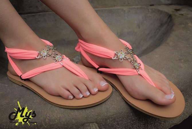 Снимка на момичета със собствено направени сандали.