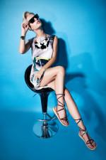 Снимка на модел със собствено създадени сандали