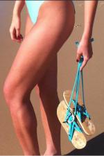 Снимка на модел със сандали на плаж.
